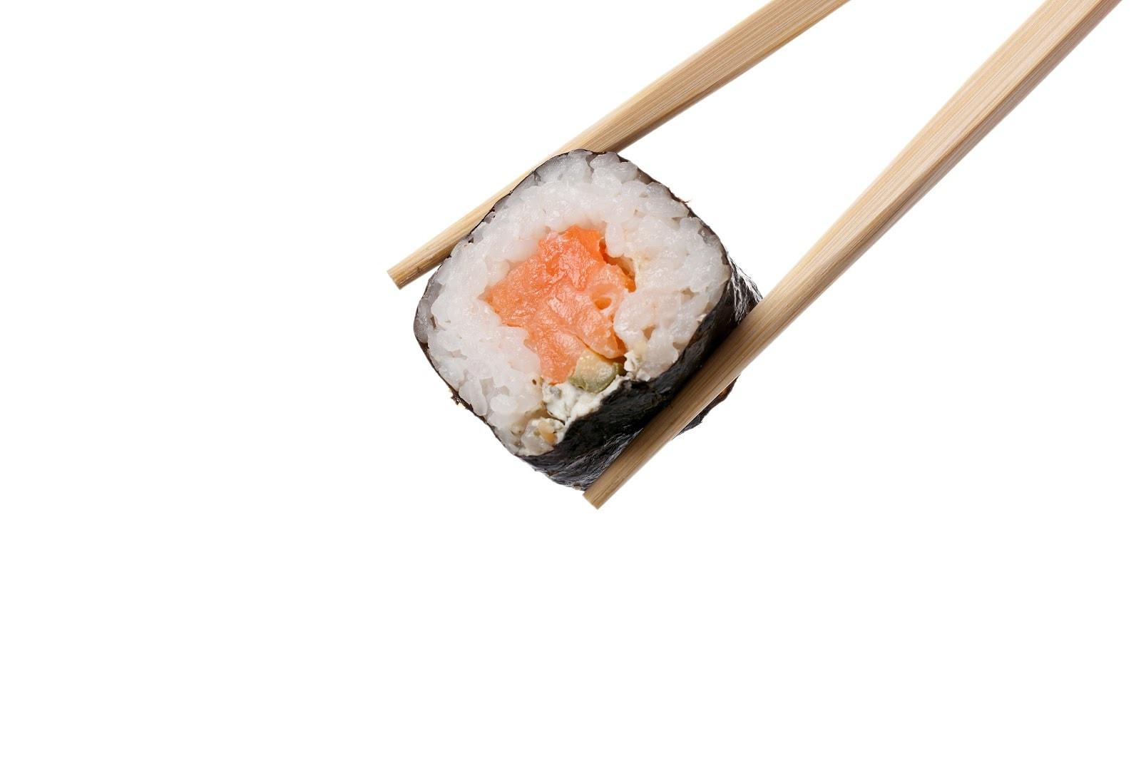 jedzenie sushi pałeczkami