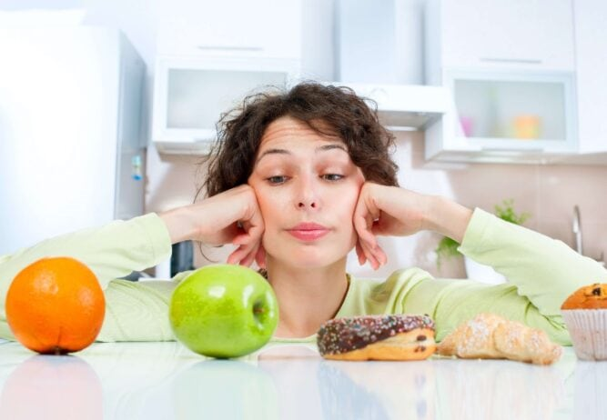 Kobieta zastanawiająca się, jak liczyć kalorie na diecie